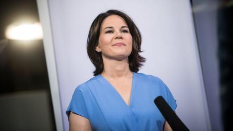 Annalena Baerbock steht im Mittelpunkt der Wahlkampagne der Initiative Neue Soziale Marktwirtschaft. Dabei wird sie als moderner Moses abgebildet.