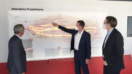 Klaus-Dieter Josel (Mitte), zeigt im Infomobil Günzburgs Oberbürgermeister Gerhard Jauernig (links) und dem Günzburger Landrat Hans Reichhart die möglichen Trassenräume.
