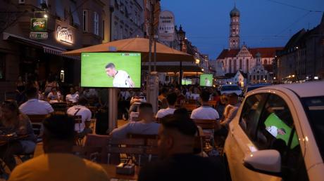 In der Maximilianstraße schauten sich Fans das erste Spiel der Deutschen an.