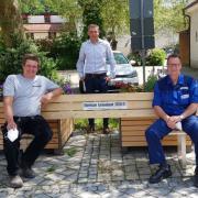 Ansgar Bauer, Bürgermeister Jürgen Eisen und Peter Oberdorfer testen die Corona-Bank in der Nähe des Illertisser Rathauses.