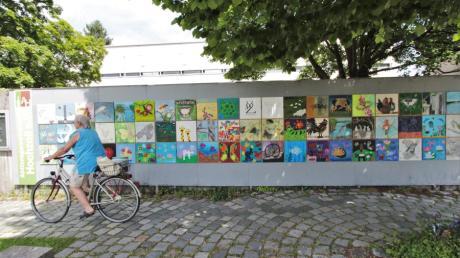 Wenn die Kunstwand an der Post unter Leitung von Inge Lemmerz neu bestückt ist, dann ist Sommer in Hochzoll.