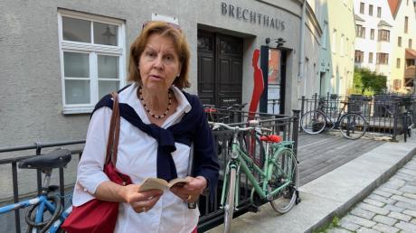 Stadtführerin Friederike Schiller führt Gäste auf Brechts Spuren durch Augsburg.