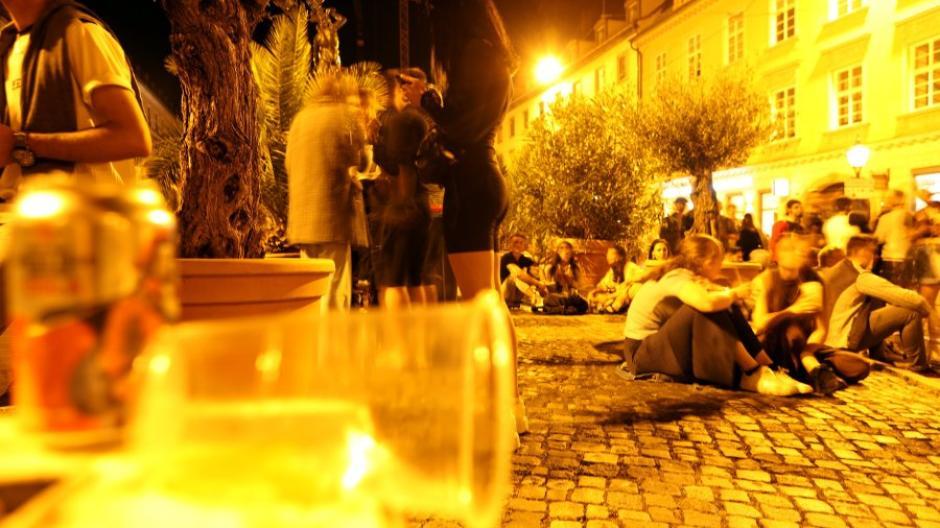 Der Verkauf von Getränken zum Mitnehmen ist von Donnerstag bis Sonntag in der Augsburger Innenstadt nur noch bis 22 Uhr erlaubt.
