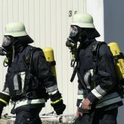 Mit schwerem Atemschutzgerät wurde der Brandherd kontrolliert.