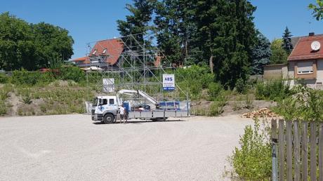 Das Gerüst, das in einer Woche die 100 Quadratmeter große Leinwand tragen wird, wurde im Gersthofer Zentrum bereits aufgestellt.