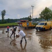 Auch der Zustellstützpunkt der Post in Pöttmes wurde zweimal überschwemmt.  Mehrere Kollegen packten bei den Aufräumarbeiten mit an.