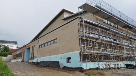 4 + 7 Der noch eingerüstete moderne Holz- beziehungsweise Massivbau des  Vereinsheims fügt sich harmonisch in den südlichen Hang ein.       ?