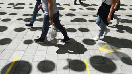Passanten in der Augsburger Annastraße: Aktuell sind wieder viele Menschen in der Innenstadt unterwegs - doch bleibt das auch so?