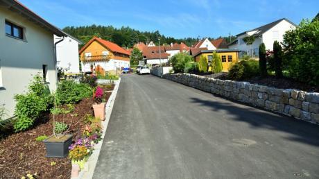 Die Straßenbauarbeiten im Osterberger Blumenweg sind so weit fertiggestellt und die neue Straße gewidmet.
