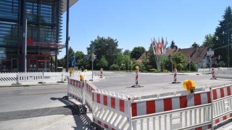 Die Einmündung der Königsbrunner Marktstraße in die Bürgermeister-Wohlfarth-Straße wird wegen Leitungsarbeiten bis zum 30. Juli gesperrt.
