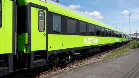Die grellgrün lackierten Züge des Anbieters FlixTrain fahren jetzt auch Augsburg an.
