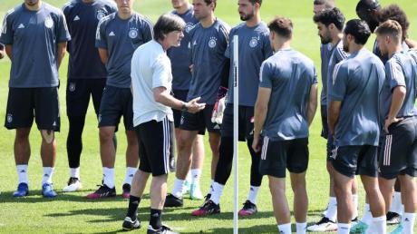 Bundestrainer Joachim Löw sprach im Abschlusstraining etwas länger zur Mannschaft.