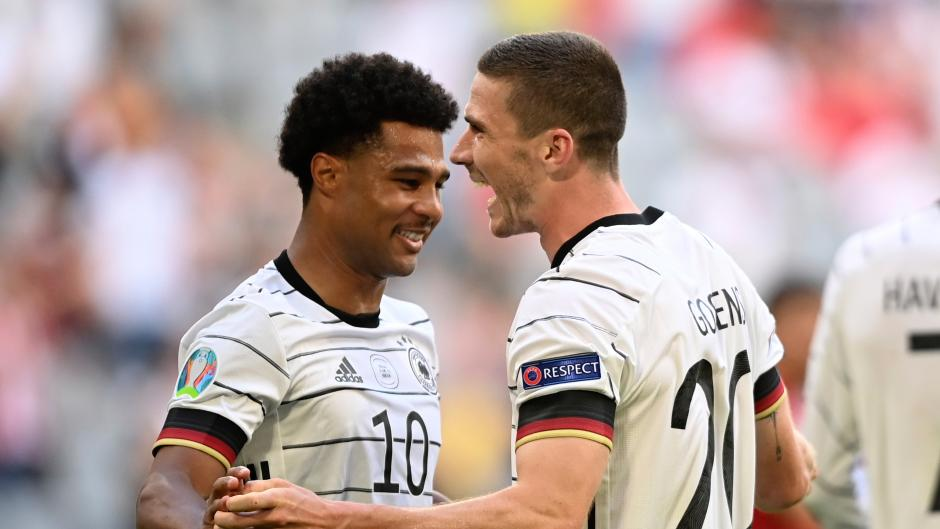 Deutschlands Robin Gosens (rechts) bejubelt sein Tor zum 1:4 mit Serge Gnabry.