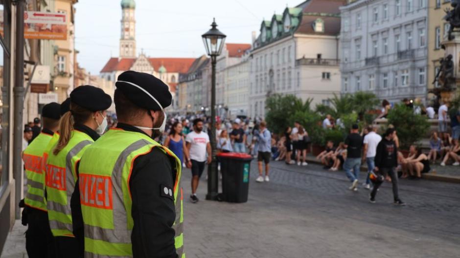 Feiern unter den Augen der Polizei: Die Stadt Augsburg will ein umfassendes Konzept für die Maximilianstraße erarbeiten.