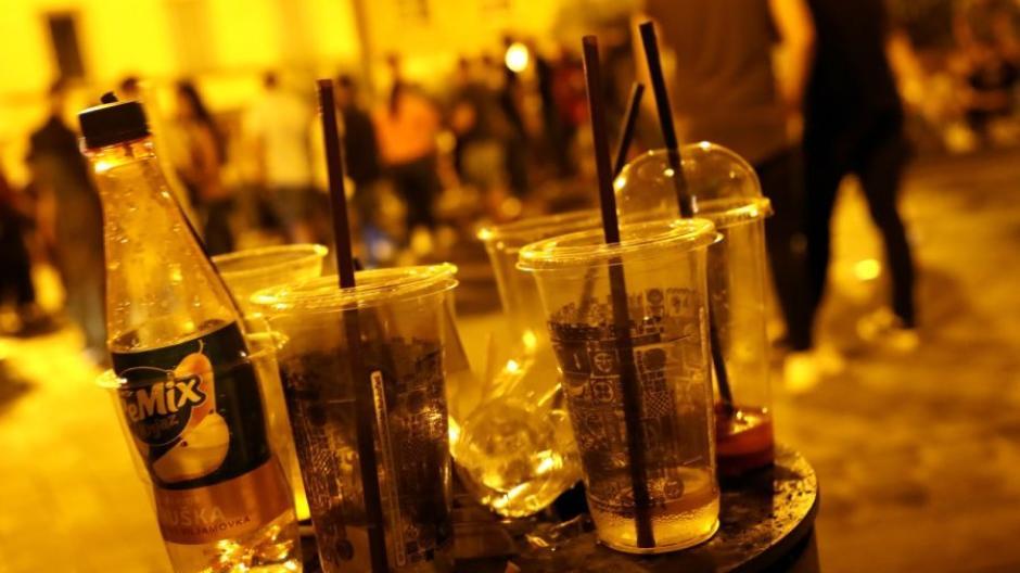 Mit dem Mitnahmeverkauf von alkoholischen Getränken am Wochenende soll es künftig ab 20 Uhr vorbei sein.