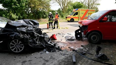 Schwerer Unfall in der Nähe von Seligweiler: Bei einem Frontalzusammenstoß wurden sieben Menschen schwer verletzt.