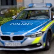 Zwei Frauen putzten gerade in einem Kindergarten in Vöhringen, als sie von zwei Exhibitionisten belästigt wurden. Die Polizei sucht Zeugen.