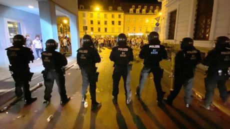 Kurz nach Mitternacht eskalierte die Lage in der Augsburger Maximilianstraße. Die Polizei räumte die Innenstadt.