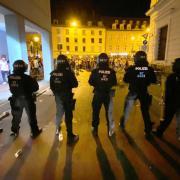 Im Juni kam es in der Augsburger Maximilianstraße zu Ausschreitungen. Die Polizei suchte mit Fotos nach Tatverdächtigen. Die öffentliche Fahndung war erfolgreich.