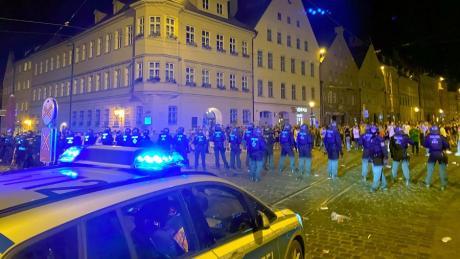 Gewaltsame Ausschreitungen in der Augsburger Maximilianstraße haben am Samstag zur Räumung der Feiermeile durch die Polizei geführt.