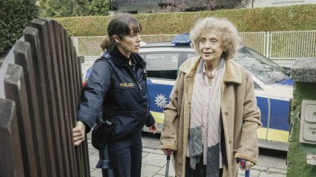 """Elisabeth Eyckhoff (Verena Altenberger) bringt Frau Schrödinger (Ilse Neubauer) von der Polizeiwache nach Hause: Szene aus dem Münchner """"Polizeiruf 110"""" gestern."""
