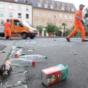 Hinterlassenschaften einer Nacht. Am Sonntagmorgen rücken Mitarbeiter des Stadtreinigungsamts an und beseitigen den Müll der Feiernden auf der Maximilianstraße, hier an der Ecke zur Katharinengasse.