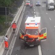 Am Sonntagmittag kam es auf der B 17 auf Höhe der Anschlussstelle Kriegshaber zu  einem Unfall mit einem Rettungswagen.