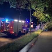 Die Feuerwehr Neuburg musste nach einem Unwetter am Sonntagabend zu mehreren Einsätzen ausrücken, unter anderem wegen eines umgestürzten Baumes in der Nördlichen Grünauer Straße.