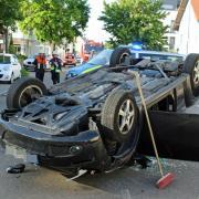 In der Kaiser-Karl-Straße in Weißenhorn hat sich am Montagmorgen ein Auto überschlagen. Die Fahrerin wurde vorsorglich ins Krankenhaus gebracht.
