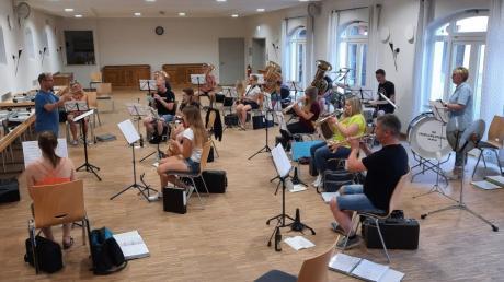 Trafen sich nach acht Monaten Zwangspause zur ersten Musikprobe im Schlosshofsaal: die Schmuttertaler Musikanten in Mickhausen.