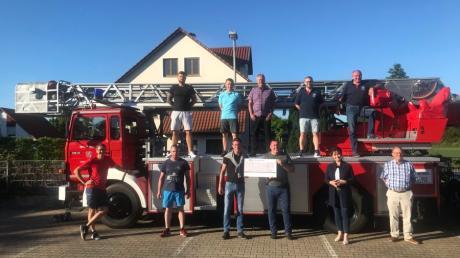 Vertreter der Freiwilligen Feuerwehr übergaben in Langweid die alte Drehleiter an die neuen Nutzer aus Polen.