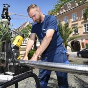 Michael Akimov, Mitarbeiter der Stadtwerke Augsburg, bringt am Montag den Herkulesbrunnen wieder zum Laufen.