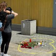 Blumen und Kerzen wurden am Ort des Suizids vor dem Ulmer Münster niedergestellt.
