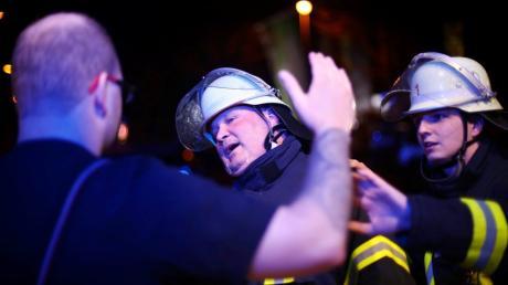 Immer wieder werden im Wittelsbacher Land Helfer bei Einsätzen beschimpft oder angegriffen. Auch Feuerwehrleute werden manchmal Ziel der Attacken wie hier auf diesem Symbolbild.