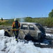 Nach den Löscharbeiten blieb auf der A8 zwischen Burgau und Günzburg ein ausgebranntes Wrack übrig.