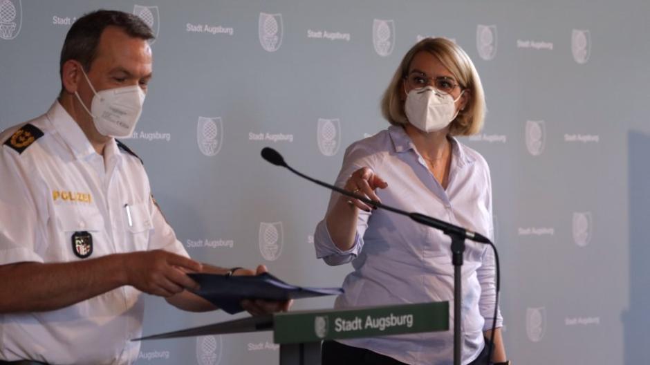 Stadt und Polizei wollen weitere Ausschreitungen verhindern: Polizeipräsident Michael Schwald (links) und Oberbürgermeisterin Eva Weber am Montag im Augsburger Rathaus.