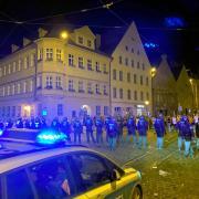 Polizeikette nahe dem Herkulesbrunnen in der Augsburger Innenstadt: Mehrere hundert junge Menschen legten sich in der Nacht zum Sonntag dort mit der Polizei an.