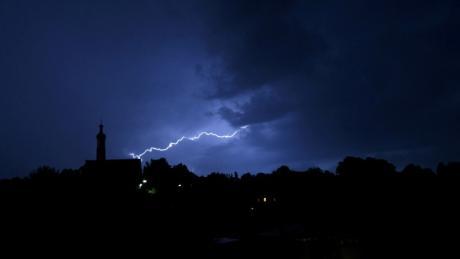 Gewitter tobten im Landkreis Augsburg auch in der Nacht von Mittwoch auf Donnerstag wieder. Ähnlich wie hier, Anfang der Woche, über Biberbach.