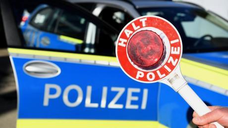 Die Polizei sucht nach einem Autofahrer, der auf der B300 durch seine rücksichtslose Fahrweise aufgefallen ist.