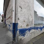 Als Schandfleck wird das Häuserensemble der ehemaligen Schwaben-Apotheke in der Bahnhofstraße in Günzburg bezeichnet. Die Eigentümergemeinschaft sträubt sich seit vielen Jahren gegen einen Verkauf des Areals und eine wohnbauliche Umgestaltung.
