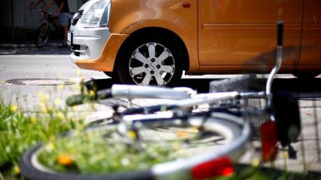 Auf der Romantischen Straße wurde eine 73-jährige Radfahrerin von einem Auto beim Ausparken  angefahren. (Symbolbild)