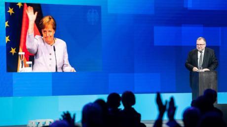 Die per Video live zugeschaltete Bundeskanzlerin Angela Merkel (CDU) verabschiedet sich nach ihrer Reder beim Tag der deutschen Industrie des Bundesverbandes der Deutschen Industrie (BDI).