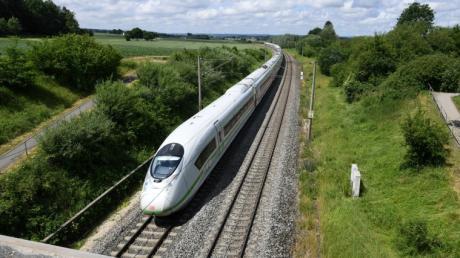 Fährt der ICE (im Bild bei Kutzenhausen) in Zukunft auf einer anderen Strecke zwischen Ulm und Augsburg?