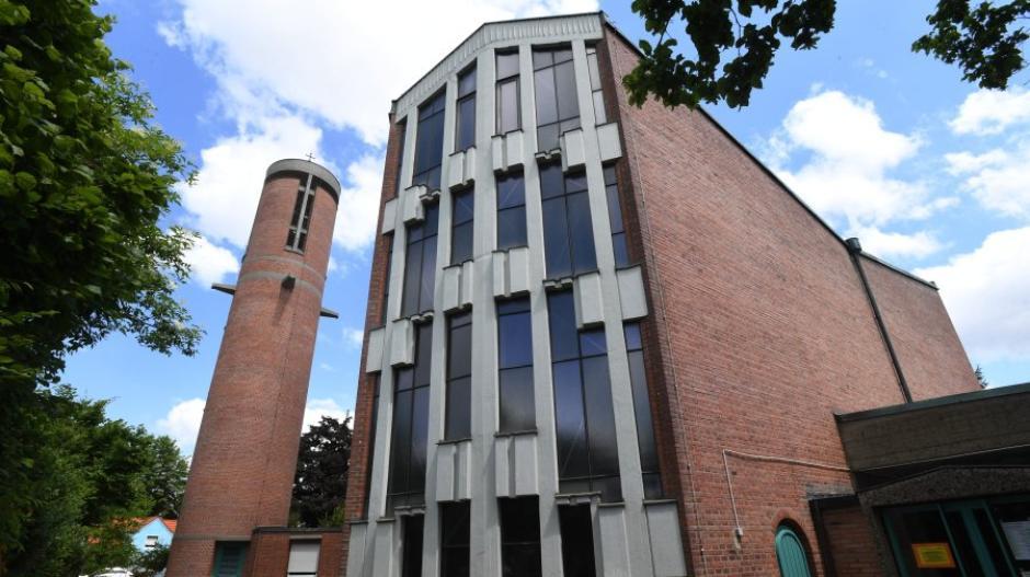 Um 23 Uhr läuteten die Glocken der Kirche St. Thomas in Kriegshaber. Regenwasser hatte die Steuerung der Kirchturmglocken beschädigt.
