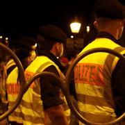 Polizeibeamte in der Maxstraße: Nach der Krawallnacht gibt es jetzt eine eigene Ermittlungsgruppe.