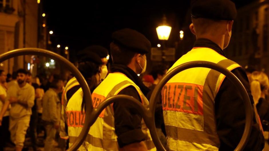 Die Polizei hat in der Nacht zuSonntag eine Ansammlung von HundertenFeiernden aufgelöst. Bei dem Einsatz waren zahlreiche Beamte verletzt worden.