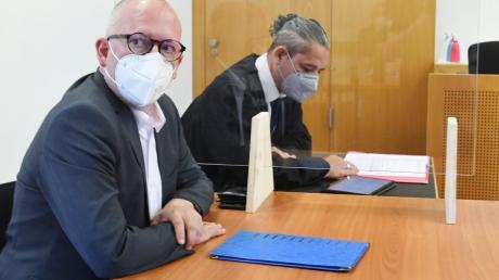 Prozess vor dem Augsburger Amtsgericht: Freie-Wähler-Stadtrat Peter Hummel (links) mit seinem Verteidiger Marco Müller.