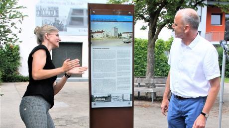 Erlöserkirche kurz erklärt: Dekan Jürgen Pommer vom Evangelisch-Lutherischen Dekanat Neu-Ulm und Oberbürgermeisterin Katrin Albsteiger entfernten gemeinsam die weiße Hülle.