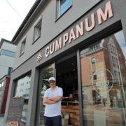 André Heuck vor der neuen Cumpanum-Filiale in der Augsburger Straße in Pfersee. Im Herbst will er eine weitere Filiale in Augsburg eröffnen.