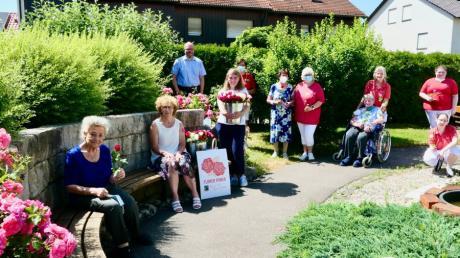Im Lechauenhof freuten sich die Bewohner und das Mitarbeiterteam über fair gehandelte Rosen.
